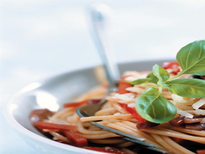 Spaghetti con verdure e acciughe