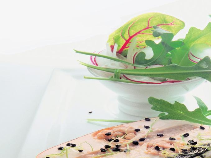 Terrina di pesce con insalata e ravanelli