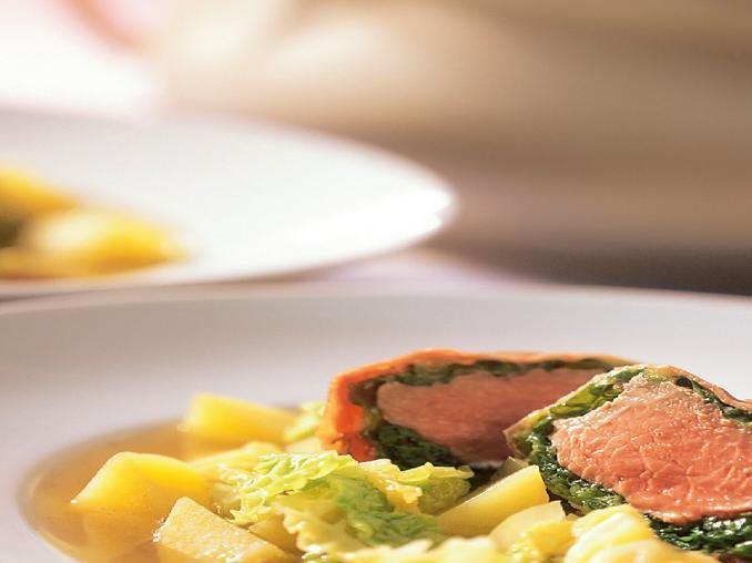 Zuppa con involtini di cavolo verza e agnello