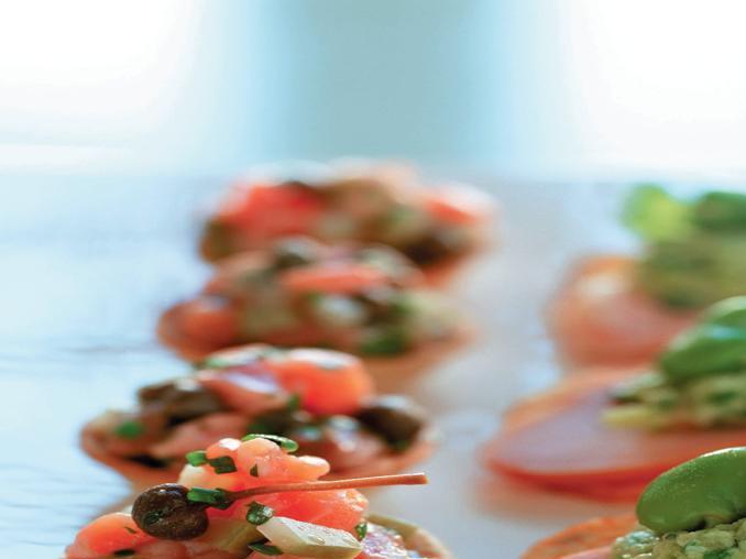 Tartellette al salmone e crostini con purea di fave