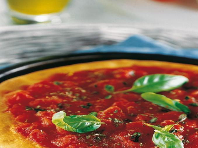 Pizza al pomodoro con basilico
