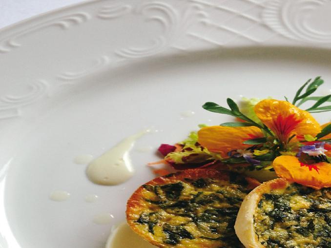 Tortino di primule e fiori di campo con fonduta di toma