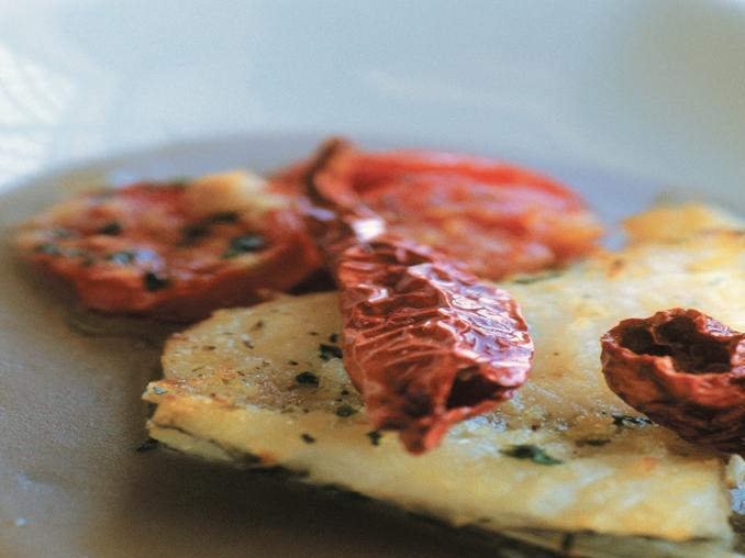 Baccalà al forno con crema di lenticchie e peperoni secchi croccanti