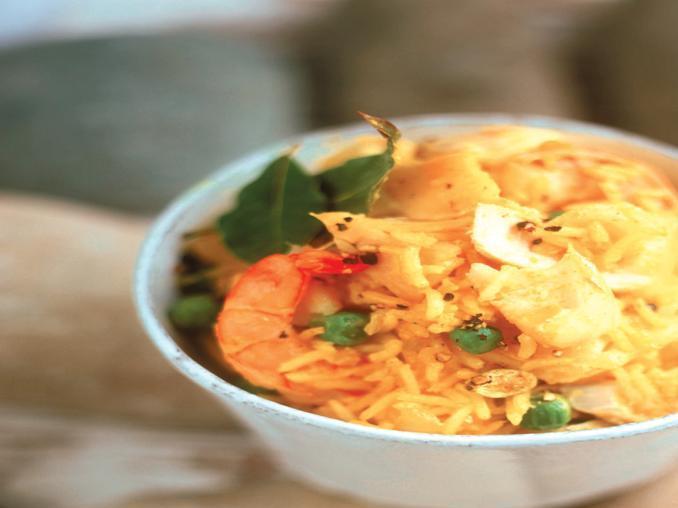 Riso al curry con pesce e gamberi