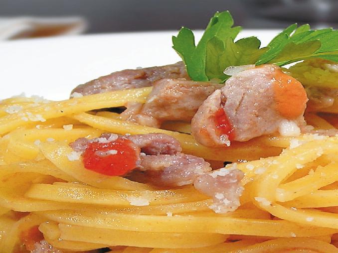 Maccheroncelli di pasta fresca con salsiccia e buzzonaglia di tonno