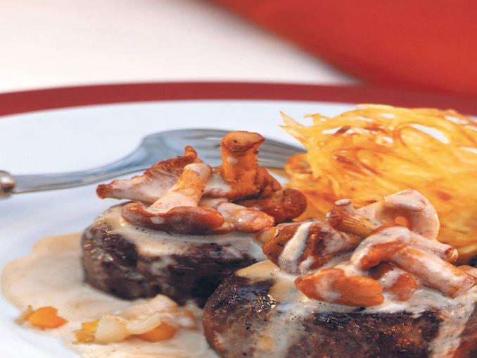 Medaglioni di cervo alla senape rustica con salsa di finferli