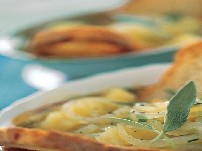 Zuppa di patate e cipolle al profumo di salvia