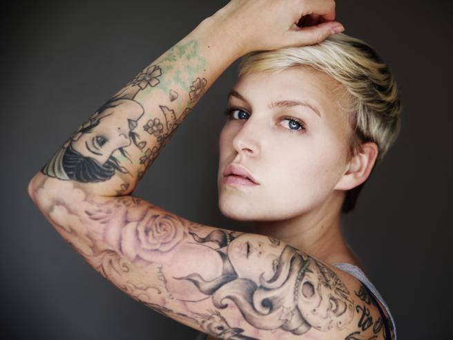 Cancellare tatuaggi: come ha fatto Fedez e come puoi farlo tu