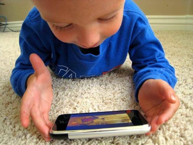 Generazione Alpha: come usa la tecnologia chi è nato dopo il 2010? Il report