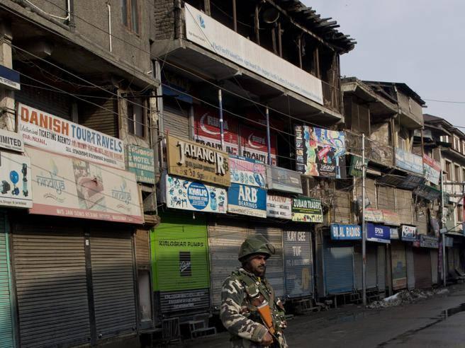 India, ragazza di 21 anni stuprata da 10 uomini: caccia al branco