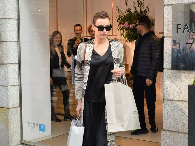 Irina Shayk a Milano per le sfilate: fa shopping in centro