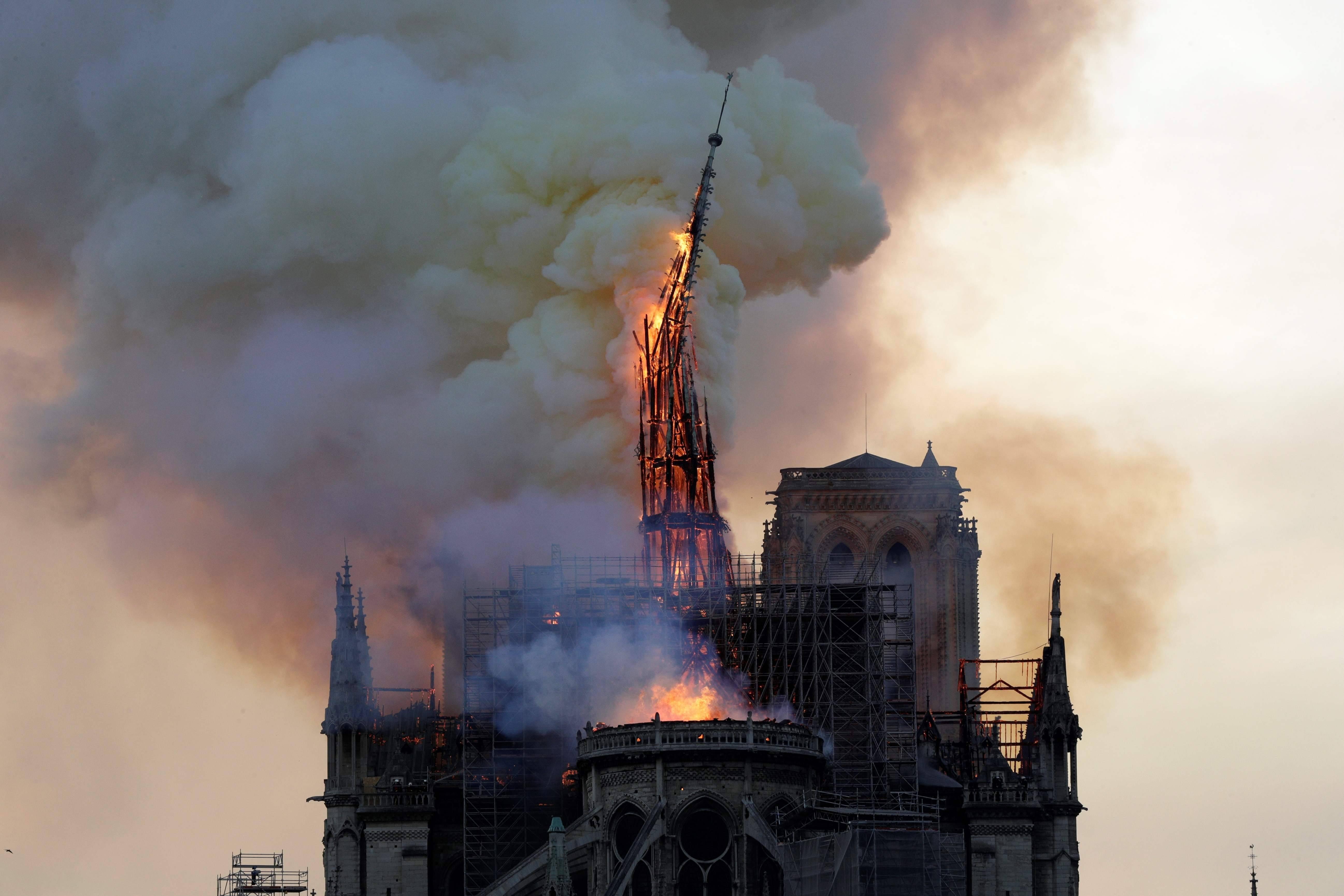 Notre Dame: incendio nella cattedrale di Parigi, crollano guglia e tetto
