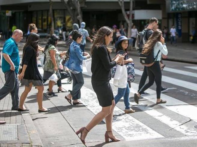 New York, multa per chi manda messaggi mentre attraversa la strada?