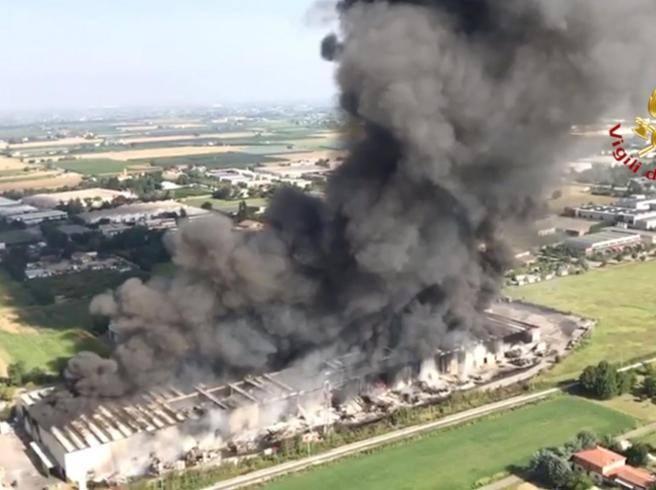 Faenza, brucia capannone industriale «Difficili operazioni di ...