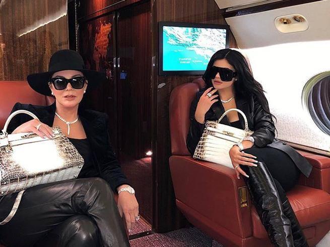 Un livello inarrivabile Kylie Jenner e mamma Kris, look da