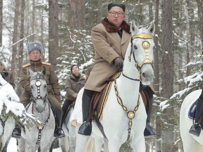Kim Jong-un di nuovo sul cavallo bianco sul Monte Paektu - Corriere.it