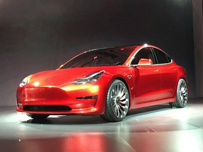Uno studio tedesco:  «La Tesla Model 3 elettrica emette più C02 di un'auto diesel»