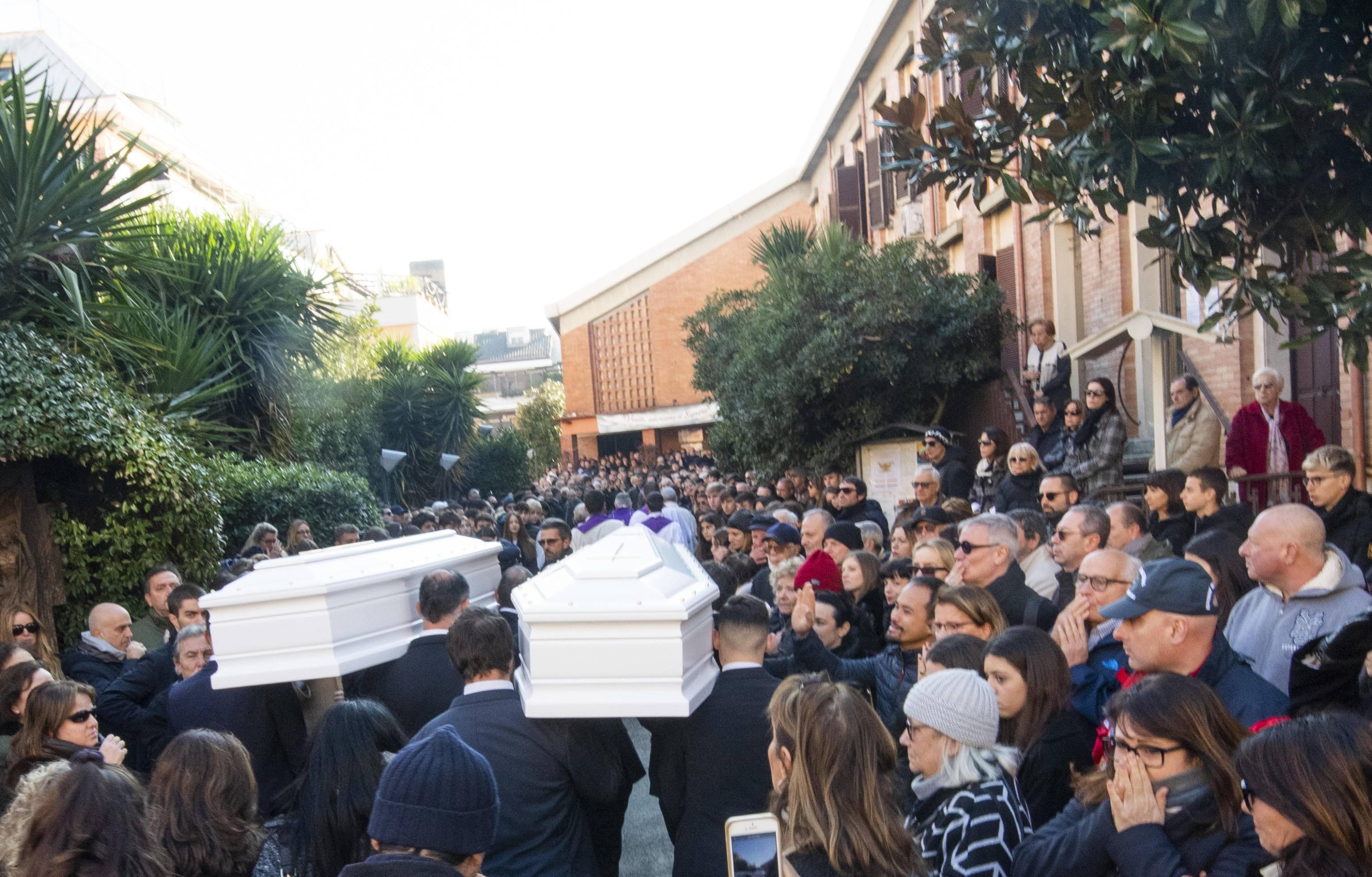 Gaia e Camilla, ai funerali a Roma centinaia di persone