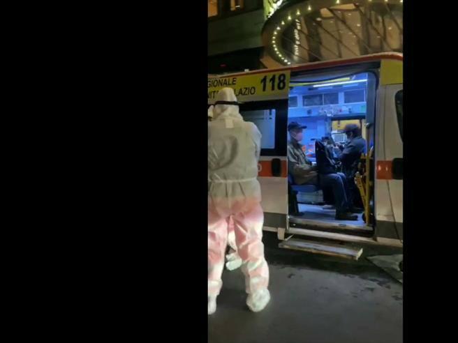 Coronavirus, i turisti cinesi nell'ambulanza davanti all'hotel Palatino ...