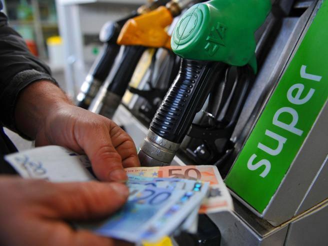 Prezzo petrolio: crolla, e stavolta la benzina cala davvero
