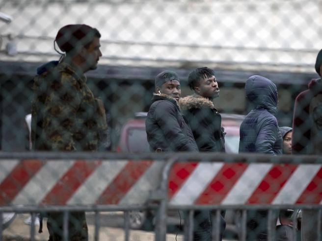Caltanissetta in fuga 100 migranti dal Cara thumbnail
