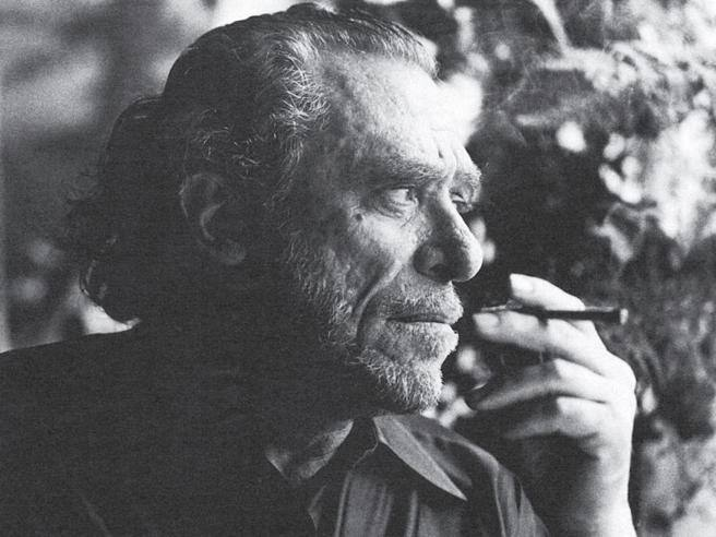 Charles Bukowski un secolo dopo. Grande poeta, sbronzo e illuminato