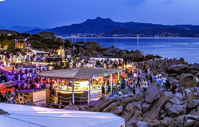 Covid in Sardegna, focolaio al Phi Beach di Baja Sardinia: 21 casi positivi thumbnail