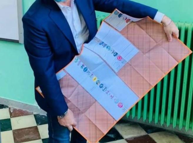 Regionali in Puglia, la scheda in formato lenzuolo scatena l'ironia social