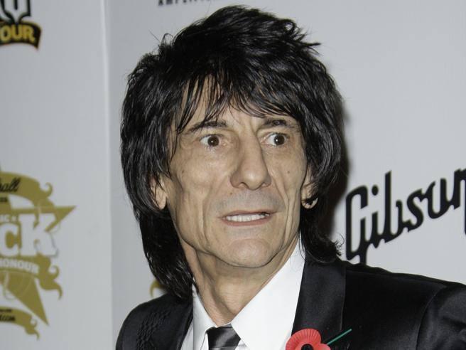 Rolling Stones, Ronnie Wood ha detto addio a droghe e alcol: «Ora lavoro a maglia e faccio sciarpe»