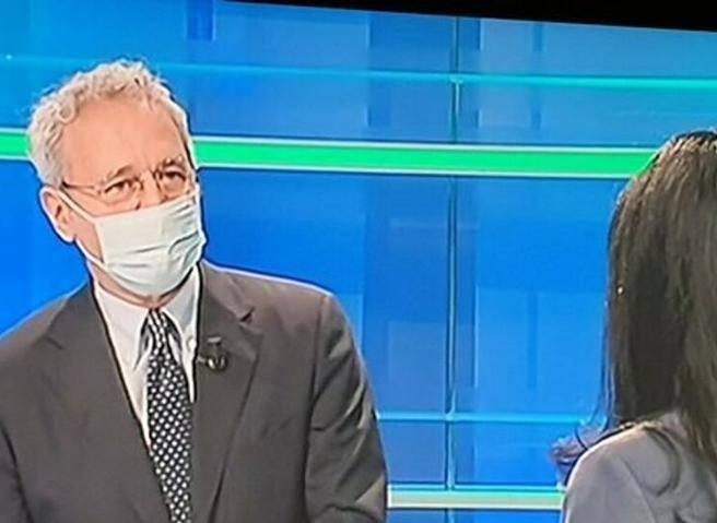 Enrico Mentana intervista con la mascherina Lucia Azzolina: «Non volevo dare il cattivo esempio»