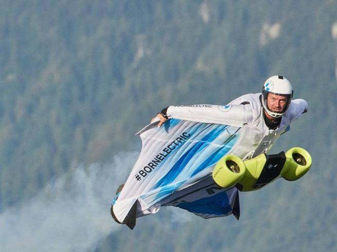 Electrified Wingsuit, il primo test della tuta a motore che permette di volare a 300 km/h