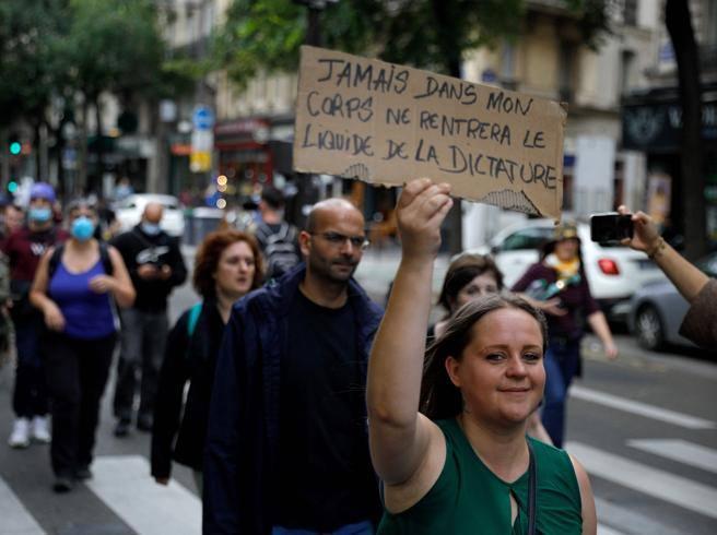 Francia, la rivolta dei no vax sulle nuove regole del green pass