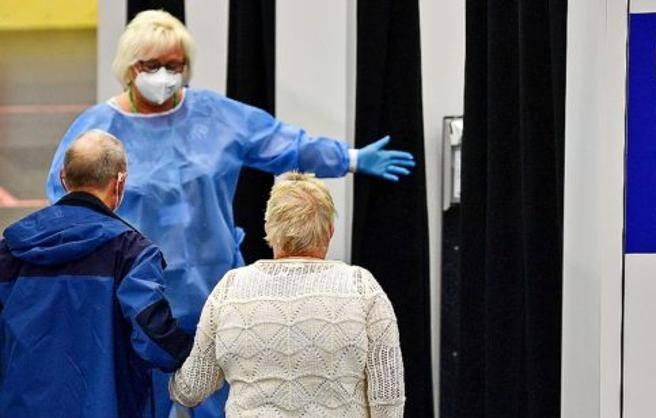 Covid in Germania, niente stipendio ai no vax che devono fare la quarantena