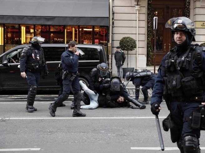 Chaleco amarillo en París, primer gas lacrimógeno en los Campos Elíseos.