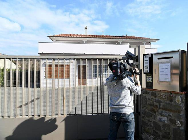 Casa renzi la preghiera con il prete la visita della for Corriere casa