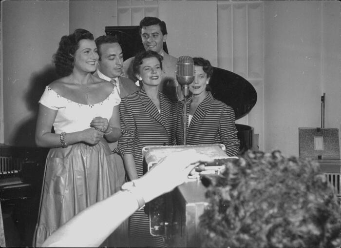 """1951 - Da sinistra: Nilla Pizzi, Gino Latilla, Achille Togliani, il duo Fasano. Nilla Pizzi vinse con """"Grazie dei fiori"""" di Seracini. Al secondo e terzo posto si piazza Togliani con """"La Luna si veste d'argento"""" e """"Serenata nessuno"""" (Archivio Rcs)"""