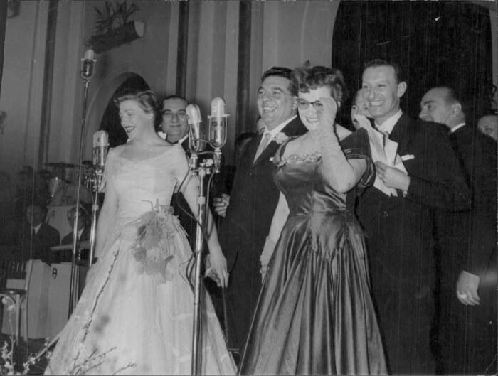 """1953 - Carla Boni e Flo Sandon's, vincitrici del festival con """"Viale d'autunno"""", insieme a Giovanni D'Anzi, autore della canzone vincitrice. Il primo da destra è il presentatore Nunzio Filogamo (Archivi Rcs)"""