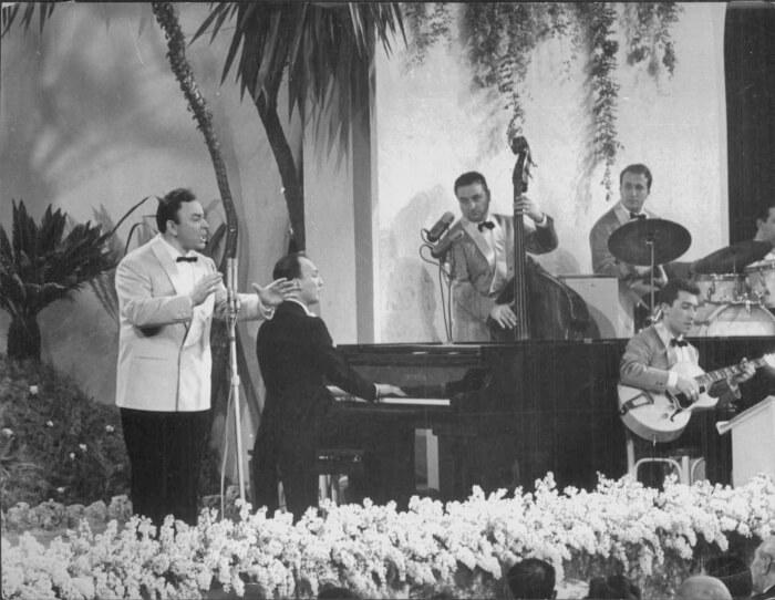 """1954 - Giorgio Consolini canta """"Tutte le mamme"""", canzone vincitrice della quarta edizione del Festival, sul palco del Casinò di Sanremo (Archivio Rcs)"""