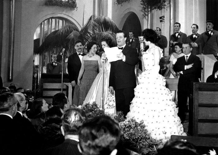 1956 - Fausto Tommei legge i nomi dei vincitori del Festival del 1956 (LaPresse)