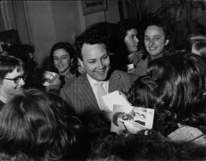 """1957 - Claudio Villa circondato dalle ammiratrici. Il """"Reuccio"""" vinse il Festival interpretando insieme a Nunzio Gallo """"Corde della mia chitarra"""" (Archivi Rcs)"""