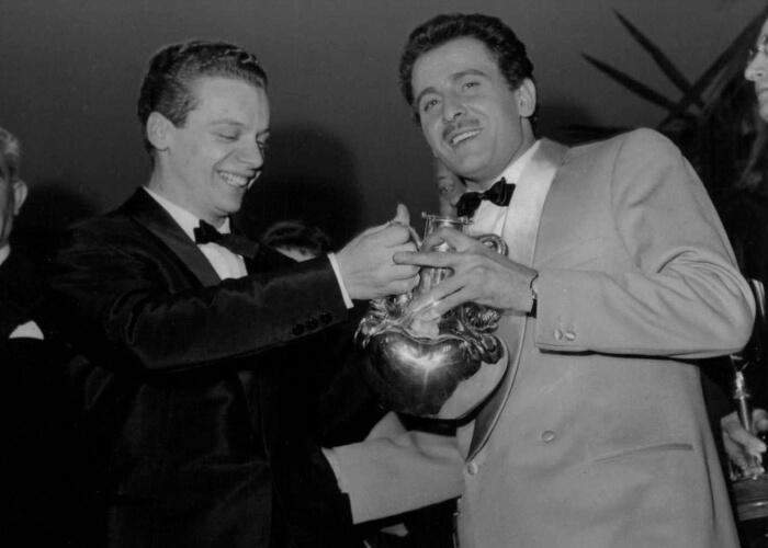 """1959 - Domenico Modugno e Johnny Dorelli, vincitori di questa edizione con """"Piove (Ciao ciao bambina)"""" (Archivi Rcs)"""
