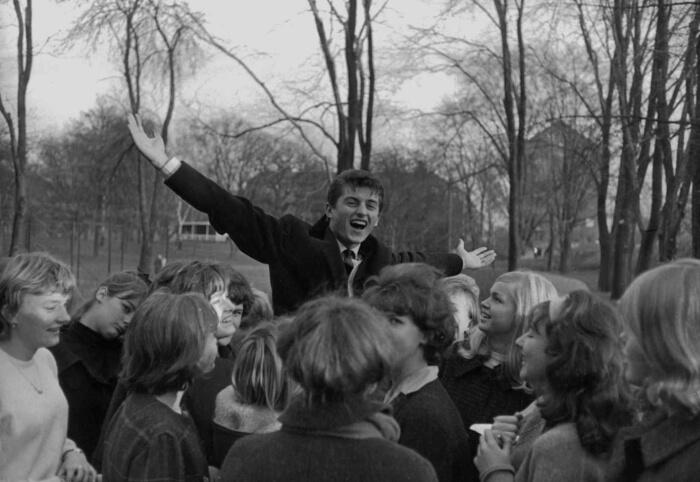 """1963 - Tony Renis circondato dalle fan fuori dal Teatro Ariston. Renis vinse il Festival cantando in coppia con Emilio Pericoli la canzone """"Una per tutte"""" (Archivio Rcs)"""