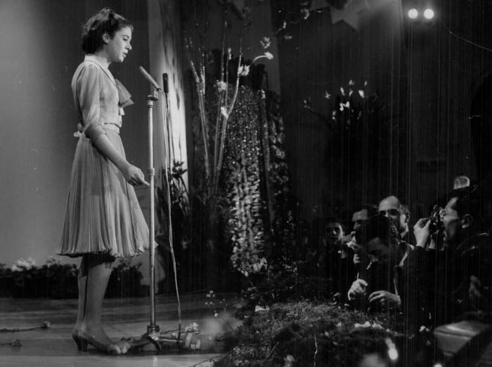 """1964 - Gigliola Cinquetti canta sul palco del Casinò di Sanremo """"Non ho l'età"""", la canzone vincitrice di questa edizione (Archivio Rcs)"""