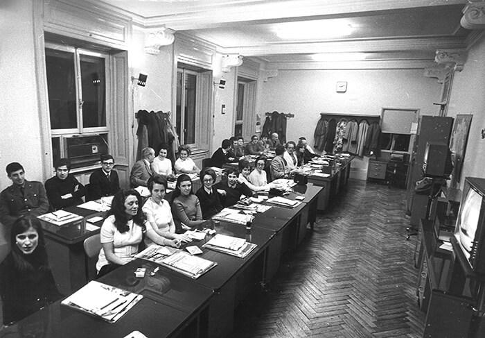 1970 - I giurati del Festival nella sede del Corriere d'Informazione, nella redazione interni. In questa edizione a scegliere i finalisti furono 22 giurie organizzate dai principali quotidiani e cambiarono ogni sera