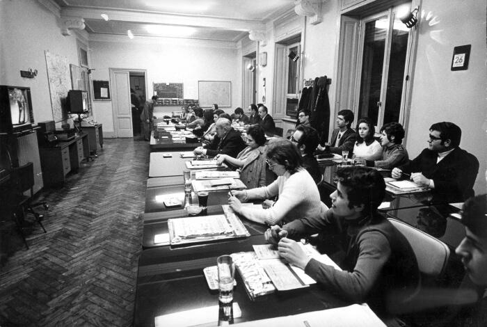 1971 - I giurati del Festival nella sede del Corriere d'Informazione, nella redazione interni. In questa edizione a scegliere i finalisti furono 22 giurie organizzate dai principali quotidiani e cambiarono ogni sera (Archivio Rcs)