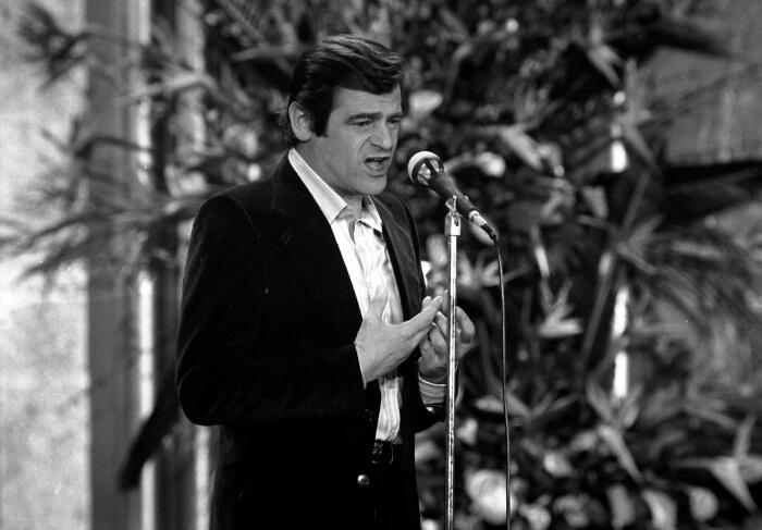 """1976 - Sergio Endrigo sul palco del Casinò di Sanremo con il brano """"Quando c'era il mare"""" (Ap)"""
