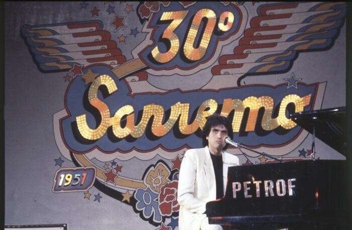 """1980 - Toto Cutugno, vincitore della 30esima edizione del Festival con """"Solo noi"""", al pianoforte. Durante questa edizione i cantanti si esibirono senza orchestra, cantando su basi registrate (Ansa)"""