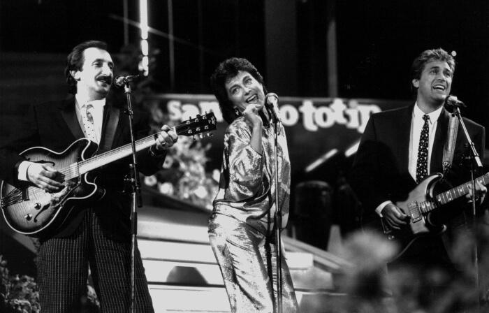 """1985 - I Ricchi e Poveri cantano """"Se mi innamoro"""", canzone vincitrice di questa edizione, sul palco dell'Ariston (Ansa)"""