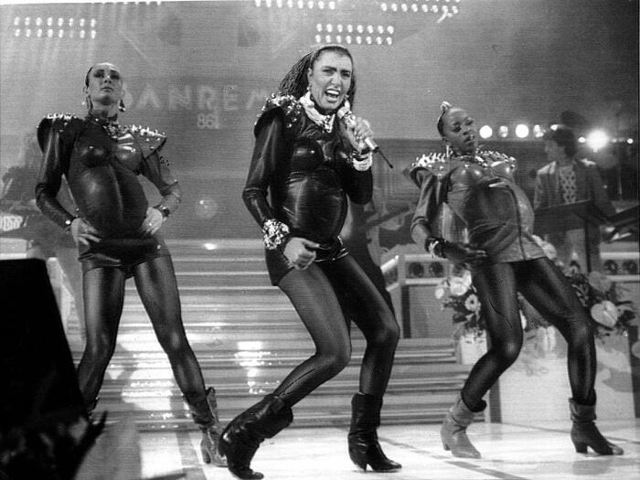 """1986 - Loredana Bertè sul palco del Festival di Sanremo con un pancione finto mentre canta """"Re"""" (Ansa)"""