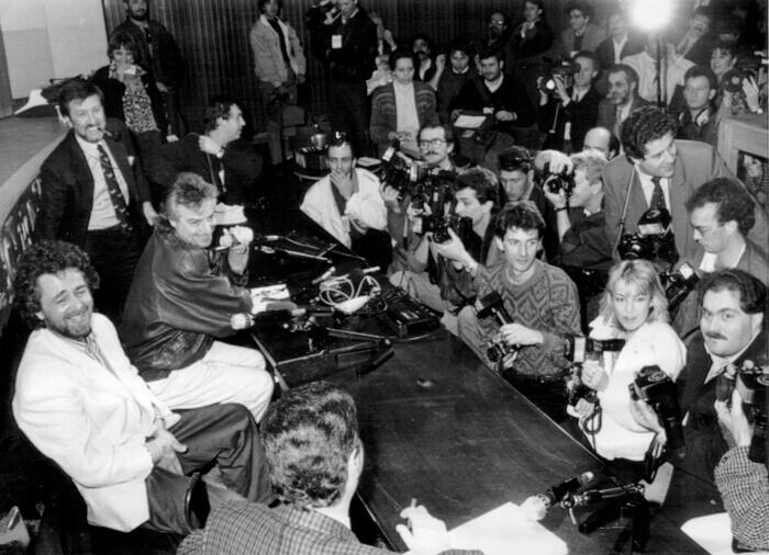 1988 - Beppe Grillo incontra giornalisti e fotografi durante la conferenza stampa del Festival di Sanremo (Archivio Rcs)